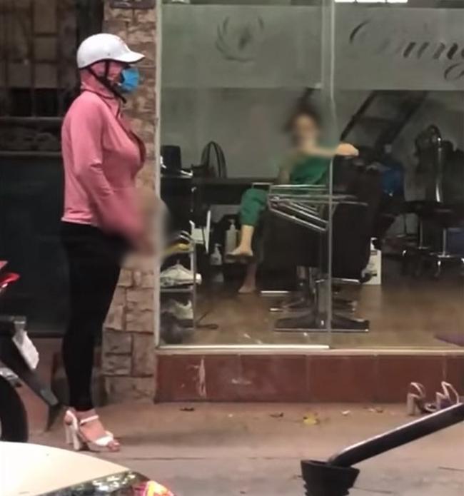 Kinh hãi: Gã đàn ông giả gái làm hành động tự sướng ngay giữa đường-2