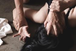 Gửi ảnh 'nóng' cho bạn trai quen qua mạng, bé gái 12 tuổi bị tống cả tình lẫn tiền