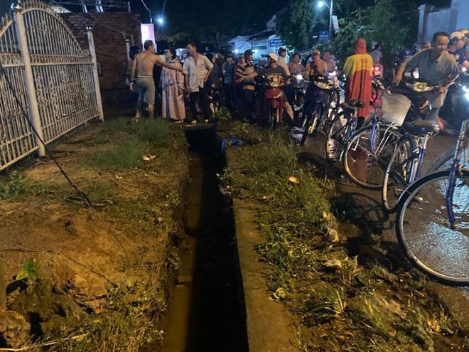 Kinh hoàng khoảnh khắc người phụ nữ lọt xuống mương, mất tích trong mưa lớn ở Đồng Nai-1