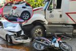 Kinh hoàng: Xe container lao qua dải phân cách, tông nát ô tô sang BMW, cuốn nhiều xe máy vào gầm ở TP.HCM