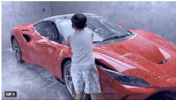 Con trai Cường Đô La tự tay rửa siêu xe cho bố-1