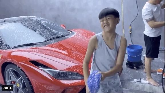 Con trai Cường Đô La tự tay rửa siêu xe cho bố-3