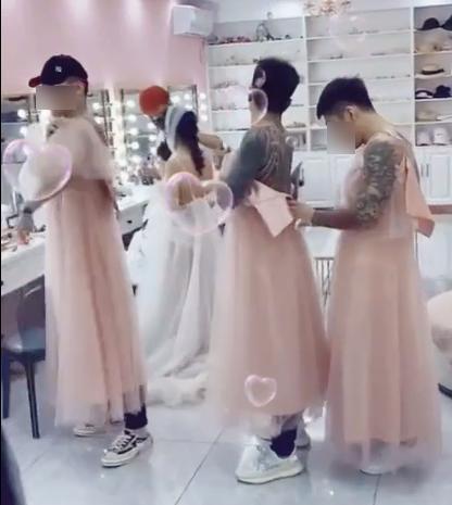 Xôn xao dàn phù dâu toàn đàn ông, mặc váy mà xăm trổ như vườn thú-2