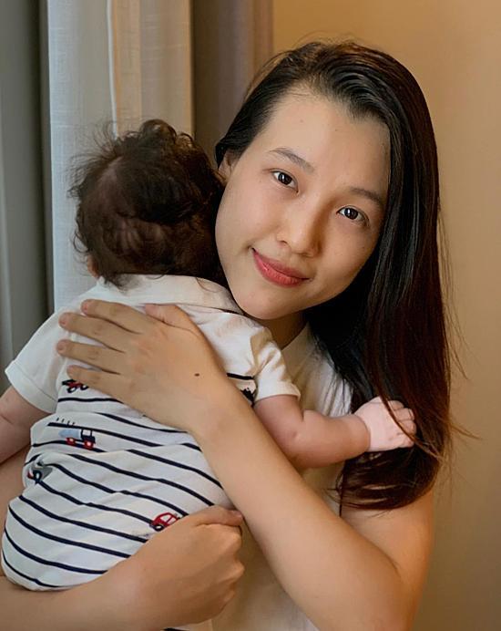 MC Hoàng Oanh đưa con trai mới sinh sang Singapore đoàn tụ ông xã-1