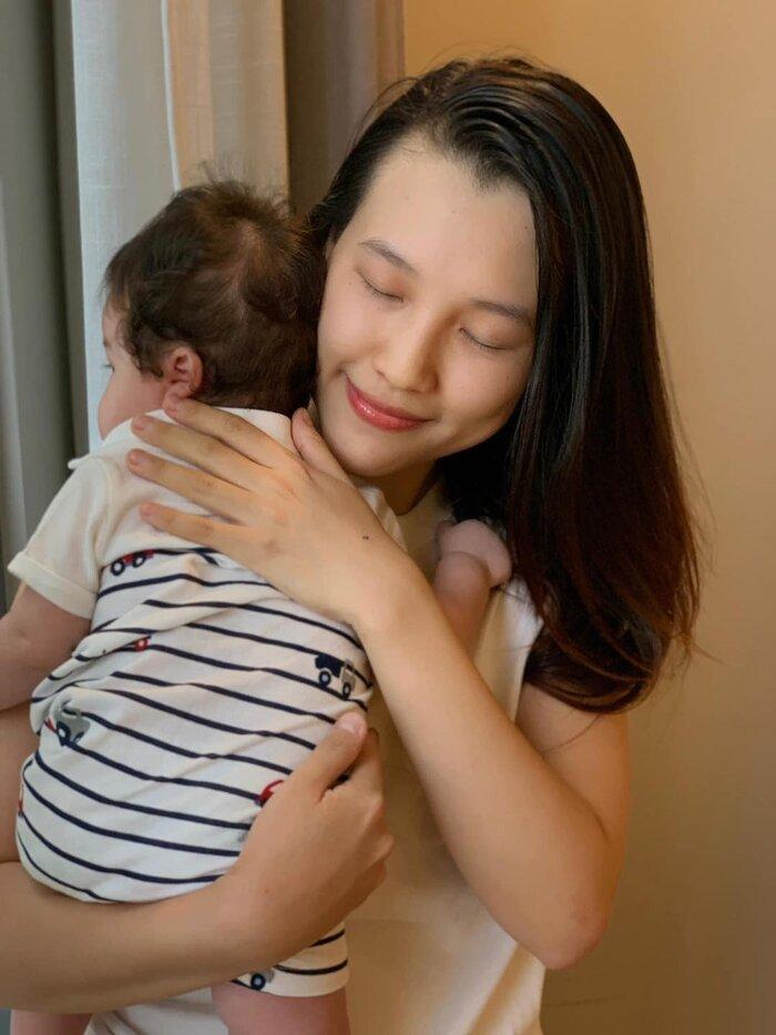 MC Hoàng Oanh đưa con trai mới sinh sang Singapore đoàn tụ ông xã-2