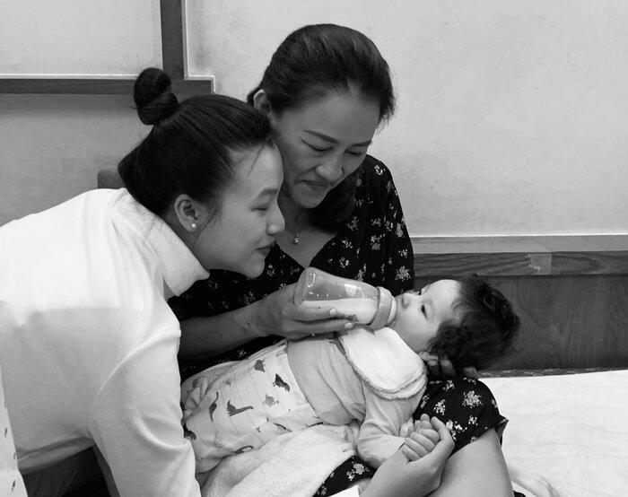MC Hoàng Oanh đưa con trai mới sinh sang Singapore đoàn tụ ông xã-7
