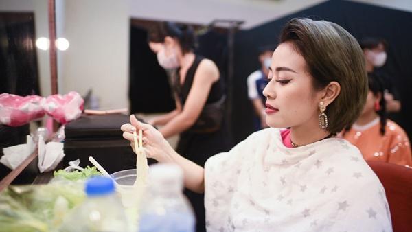 MC Phí Linh và câu chuyện lỡ chuyến bay đêm không về được với con-15