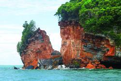 Đảo đá du lịch ở Thái Lan bị gãy đôi do bão số 5