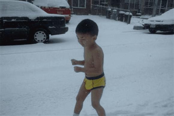 Cậu bé từng bị cha bắt cởi trần chạy dưới thời tiết  âm 13 độ giờ thế nào?-1