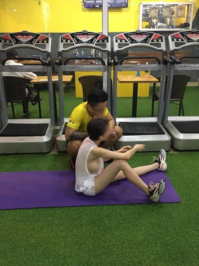 Cô gái trẻ gây sốc thản nhiên vạch áo khoe ngực ngồn ngộn như sắp rơi ở phòng gym-5