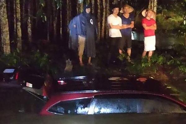 2 mẹ con thoát chết trong ô tô bị nước cuốn ở Đồng Nai-1