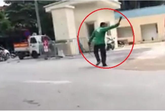 Clip: Gã đàn ông mặc áo xe ôm công nghệ cầm dao náo loạn Bệnh viện E-1