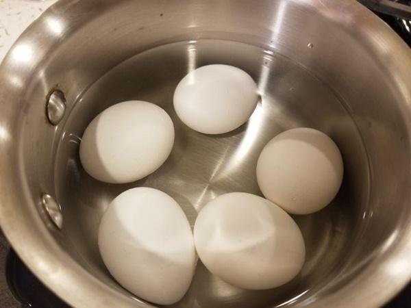 Luộc trứng thêm xíu nguyên liệu này vỏ tự động bong ra chẳng mất nhiều sức-1