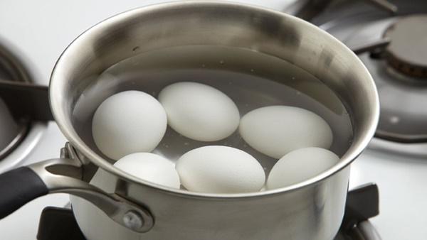 Luộc trứng thêm xíu nguyên liệu này vỏ tự động bong ra chẳng mất nhiều sức-2