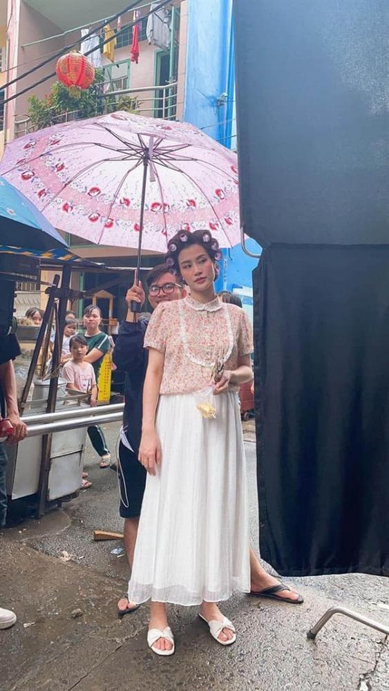 Làm cameo cho MV Ngô Kiến Huy, Đông Nhi lộ ảnh chụp lén khác khác ảnh qua app-4