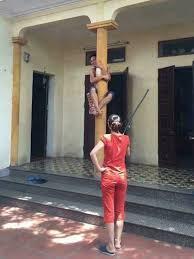 Vợ dọa đánh dọa giết, chồng trèo lên nóc nhà nhìn rõ oai: Nhà tôi thích ở đâu thì tôi ở-2