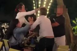 Clip: Cô gái bị nhóm người lao vào giật tóc, đánh ghen te tua trong quán nhậu