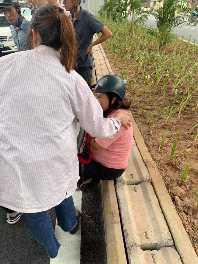 Clip: Va chạm giao thông với bà bầu, trẻ trâu rút hung khí đe dọa, đập nát xe-2