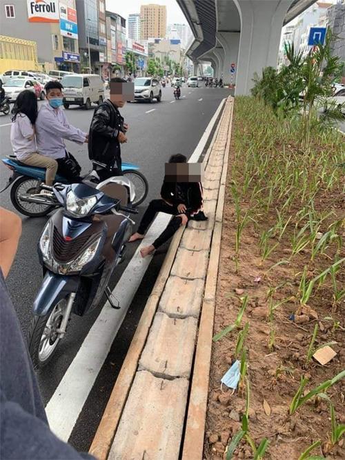 Clip: Va chạm giao thông với bà bầu, trẻ trâu rút hung khí đe dọa, đập nát xe-1