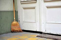 Chổi quét nhà chớ để trước cửa, biết lý do tôi nhận ra đã sai suốt nhiều năm!