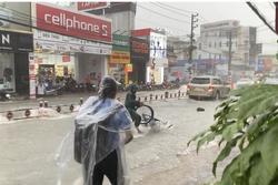 TPHCM: Mưa như trút, nước cuốn trôi xe đạp học sinh giờ tan trường