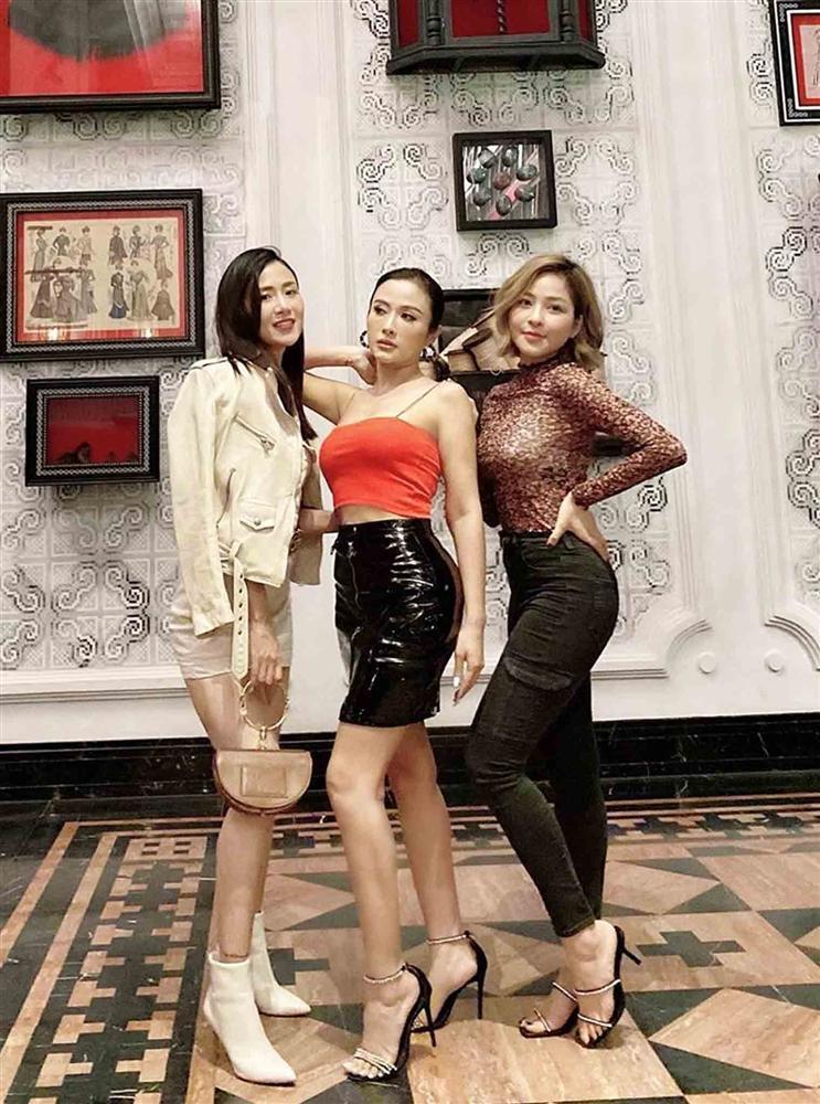 Hot girl Trâm Anh mặc kín cổng cao tường vẫn sexy, lại còn để lộ nội y sáng màu-3