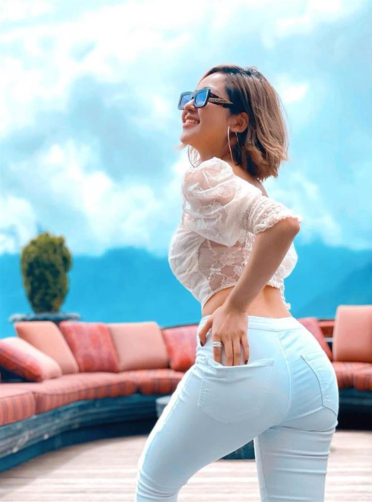 Hot girl Trâm Anh mặc kín cổng cao tường vẫn sexy, lại còn để lộ nội y sáng màu-4