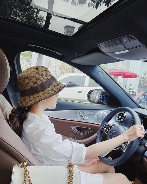 Ngoài xế hộp 5 tỷ, bạn gái rich kid của Tống Đông Khuê còn sở hữu BST túi hiệu đáng nể-5