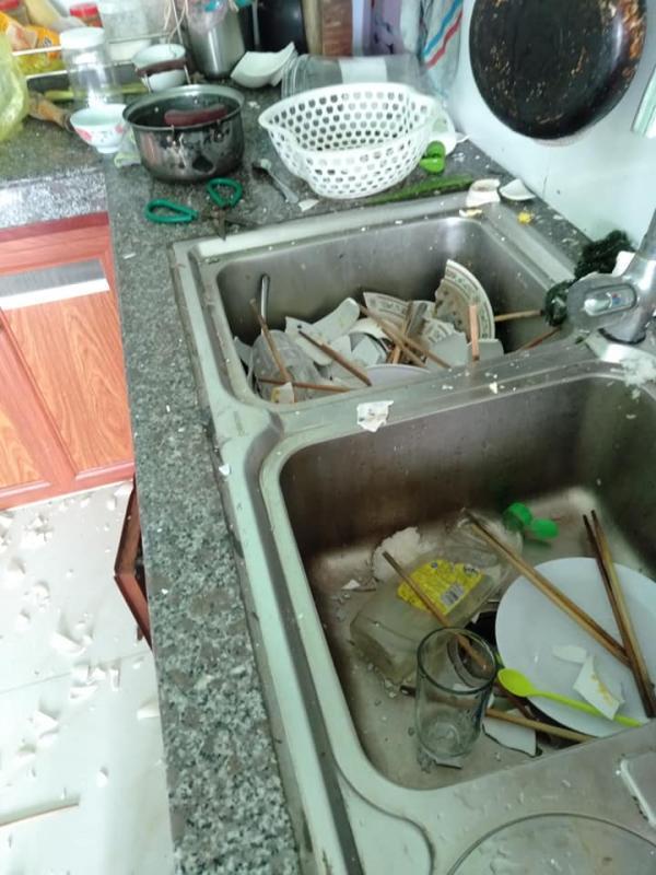 Cả ngày rảnh rỗi bị vợ nhờ rửa bát, chồng lấy búa đập vỡ hết ra oai khỏi phải rửa-2