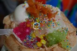 Món kem dừa cầu vồng trên đường phố Thái Lan