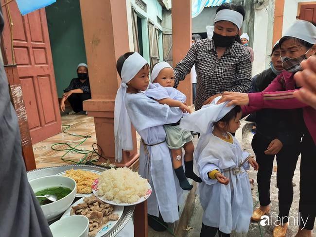 Vụ chồng ghen tuông hoang tưởng đâm chết vợ ở Nghệ An: Xót xa 3 đứa con thơ bơ vơ khát sữa, gào khóc đòi mẹ-2