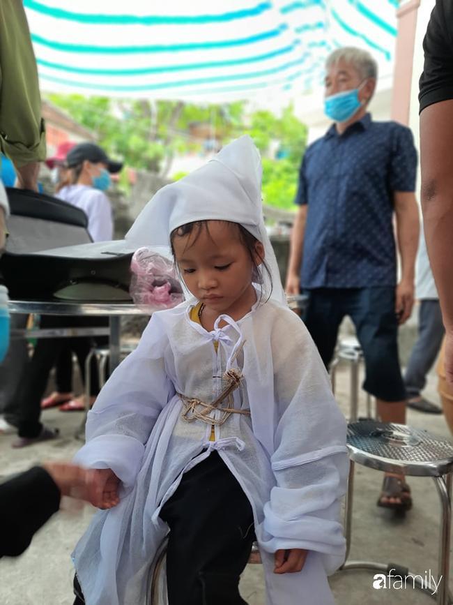 Vụ chồng ghen tuông hoang tưởng đâm chết vợ ở Nghệ An: Xót xa 3 đứa con thơ bơ vơ khát sữa, gào khóc đòi mẹ-5