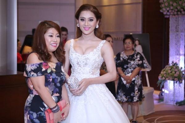 Lâm Khánh Chi - ngôi sao ăn mặc kém duyên nhất khi dự đám cưới của hội bạn thân-2