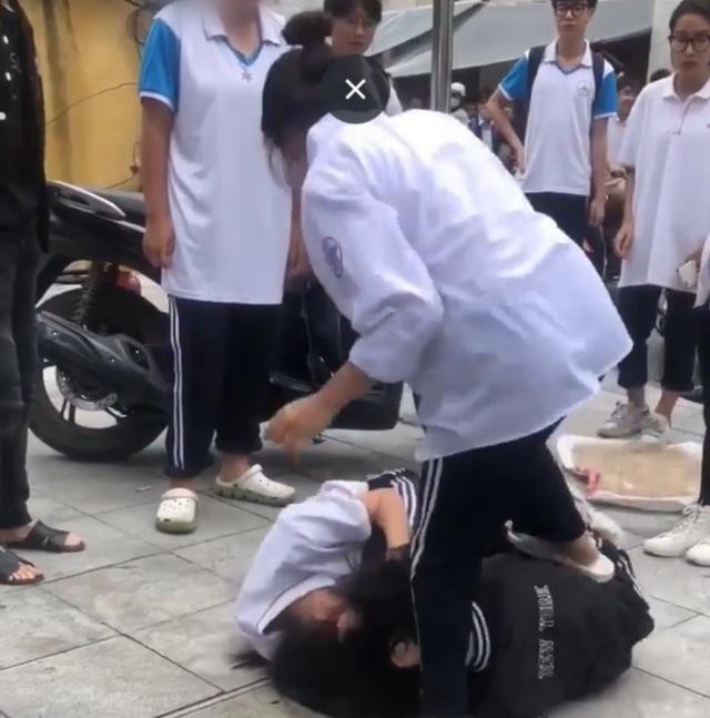 Nữ sinh lớp 10 ở Hà Nội đánh nhau trước cổng trường vì nghi bị nhìn đểu-1