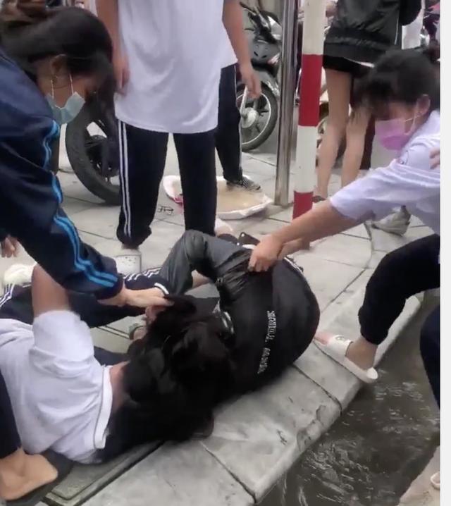 Nữ sinh lớp 10 ở Hà Nội đánh nhau trước cổng trường vì nghi bị nhìn đểu-2