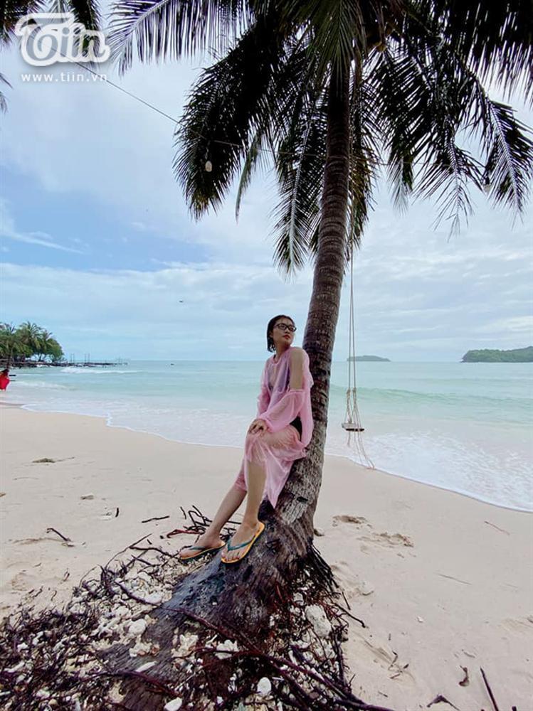 Gây chú ý với bộ ảnh mặc bikini cùng áo mưa đi biển, người trong cuộc lên tiếng-8