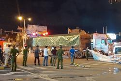 Cha trọng thương, 2 con tử vong sau va chạm với xe tải
