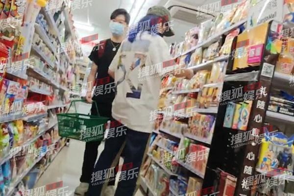 Triệu Vy bị bắt gặp cùng trai trẻ giữa đêm, gia thế tình mới khủng không kém chồng đại gia-1