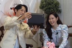Son Ye Jin thân mật ôm bạn diễn phim 'Hạ cánh nơi anh'
