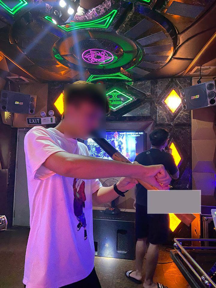 Khoe được vợ chiều, 2 giờ sáng còn mang điếu cày ra quán karaoke cho, anh chồng bị chỉ trích-2