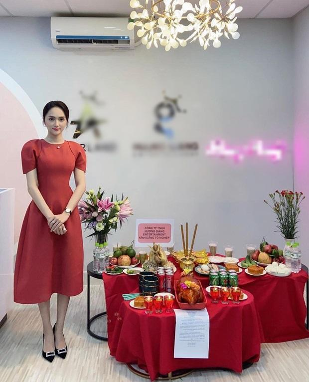 Sao Việt cúng Tổ nghề: Diệu Nhi mặc đầm sát nách - Phi Thanh Vân diện áo dài ren đỏ rực rỡ-1
