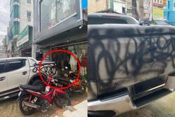 Chủ ô tô 'kêu oan' vì xe bị xịt sơn đen, nhưng nhìn vị trí đỗ dân mạng liền hiểu nguyên nhân