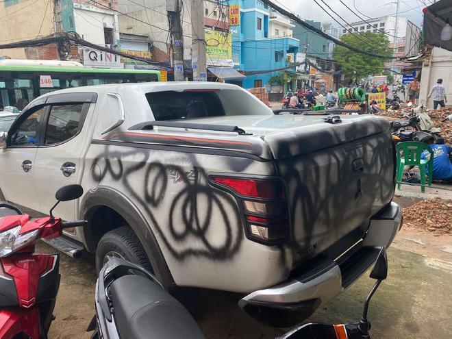 Chủ ô tô kêu oan vì xe bị xịt sơn đen, nhưng nhìn vị trí đỗ dân mạng liền hiểu nguyên nhân-3
