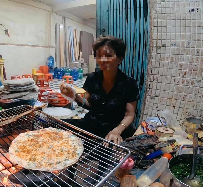 Khách du lịch tố quán bánh tráng nướng nổi tiếng Đà Lạt đuổi khách đang bị đau chân-1