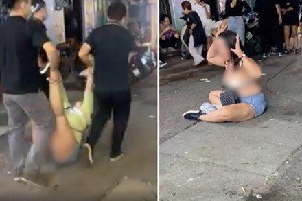 Clip: Vì 110k, người phụ nữ khóc lóc, lột đồ ngay trước cửa quán bar ở Tạ Hiện-1