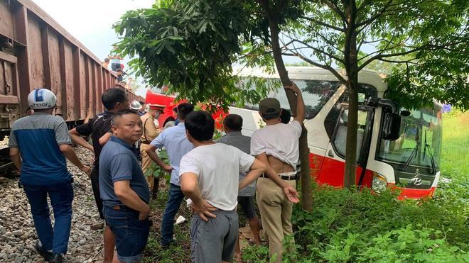 Tàu hỏa va chạm ôtô chở hơn 40 học sinh-1