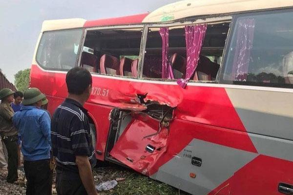 Tàu hỏa va chạm ôtô chở hơn 40 học sinh-2