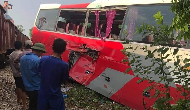 Tàu hỏa đâm xe đưa đón học sinh: Người dân đã nhắc, tài xế vẫn cố tình vượt-1