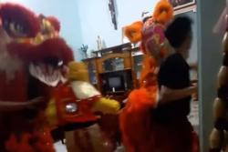 Màn múa lân mừng Trung thu theo phong cách 'xả rác' khiến chủ nhà trở tay không kịp