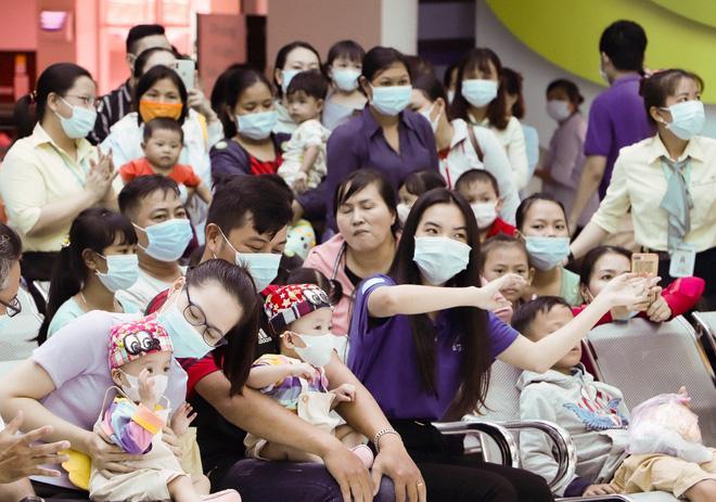 Trúc Nhi - Diệu Nhi tươi như hoa đón Trung thu cùng bố mẹ trong bệnh viện-1